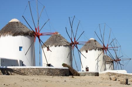Windmolens op een heuvel in de buurt van de zee in Mykonos, Griekenland