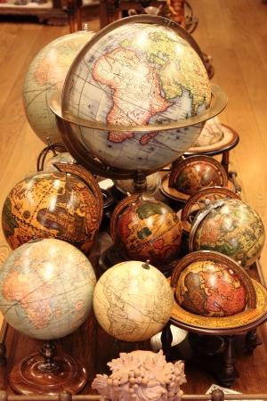 Veel verschillende wereldbollen te koop in een antiquarische winkel Stockfoto