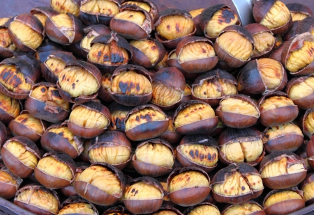glace: Grilled chestnuts for sale in a market stall Stock Photo