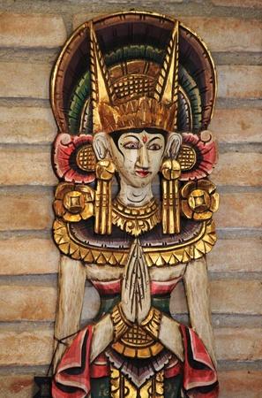 manos unidas: Estatua de una divinidad india con las manos juntas