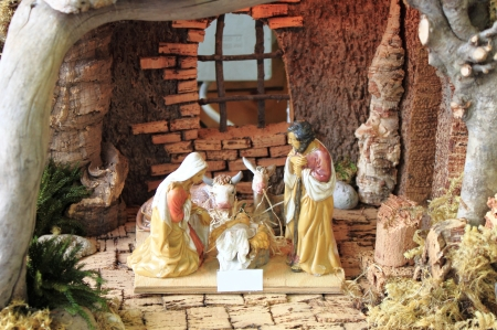 guardería: Navidad belén con figuras de cerámica a mano de color Foto de archivo