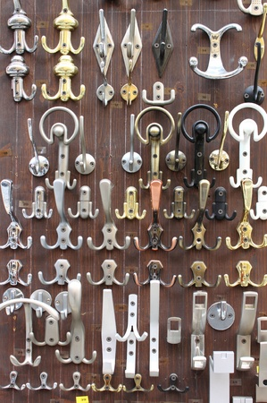 furniture hardware: Bronce y lat�n perillas de las puertas que se venden en una tienda de hardware Foto de archivo