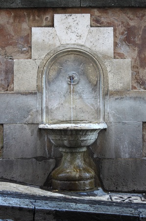 spqr: Fontanella antica nel centro di Roma, Italia