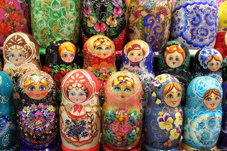 Moscú, Rusia - 13 de julio de 2011: conjunto de colores de matrioskas, la muñeca típica de Rusia