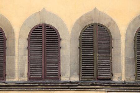 arcuate: Finestre ad arco con persiane chiuse Archivio Fotografico