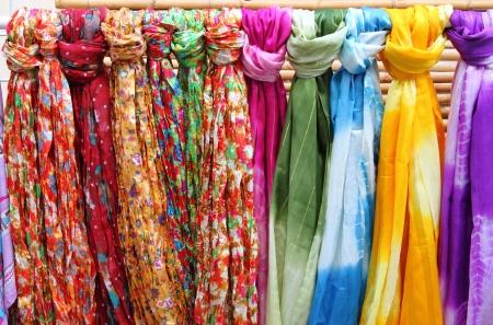 sciarpe: Sciarpe colorate appese in uno scaffale di un negozio di moda