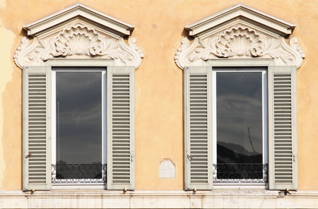 Typical renaissance windows in Rome, Italy Archivio Fotografico
