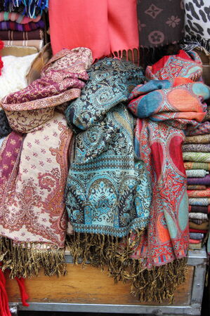 sciarpe: Sciarpe di seta colorate in un negozio di moda