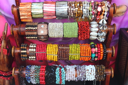 De pie, con varias pulseras de colores photo