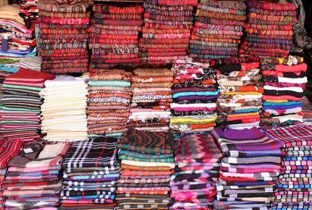 sciarpe: Mucchio di sciarpe pashmina in vendita in un negozio di moda Archivio Fotografico