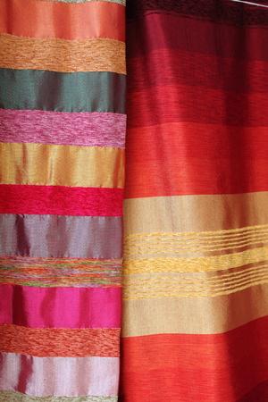bufandas: Bufandas de seda de colores en una tienda de moda
