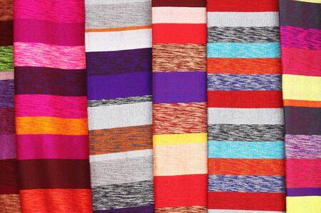 sciarpe: Sciarpe colorate appeso in una bancarella del mercato in Marocco Archivio Fotografico
