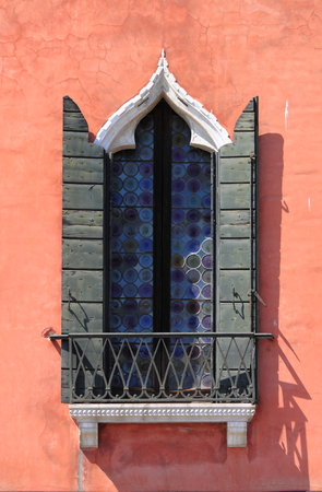 baffle: Typical renaissance window in Venice, Italy