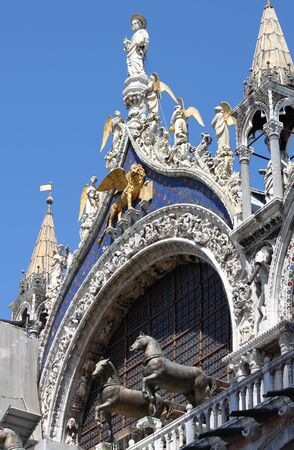 leon alado: Statue of St. Mark with winged lion on the roof of St. Mark Cathedral in Venice, Italy