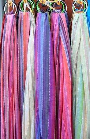 foulards: Colorful silk scarves in a fashion shop Archivio Fotografico