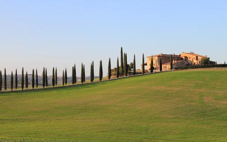 Paysage en Toscane avec villa de luxe et cipresses Banque d'images