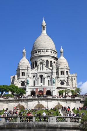 sacre coeur: PARIS, FRANCE - 24 mai: Basilique du Sacré-C?ur, le 25 mai 2015 Paris, France. La basilique du Sacré-C?ur est une église catholique romaine située au sommet colline de Montmartre, le point culminant de Paris