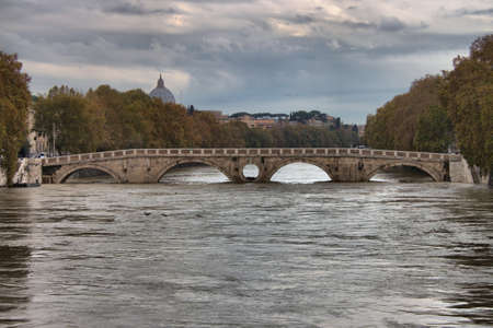 ROME - NOVEMBER 15: Sisto bridge during the flood of the river Tevere on November 15, 2012 in Rome. The river level has reached the maximum in 50 years Editoriali