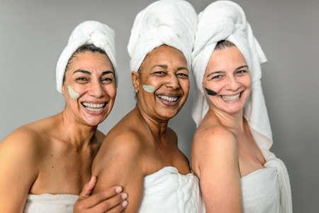 Happy multiracial senior women having skin care spa day - People wellness lifestyle concept 版權商用圖片