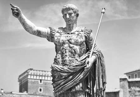 ローマ皇帝アウグストゥスの像。黒と白の写真。