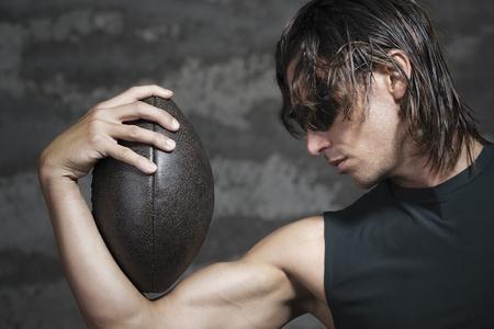nackte brust: Fußballspieler mit seinem Ball in Arm