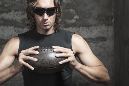 nackte brust: Football-Spieler trägt eine Sonnenbrille und hält Ball in den Händen