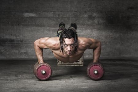 nackte brust: Portrait des stattlichen Mannes treibt mit GEWICHTE