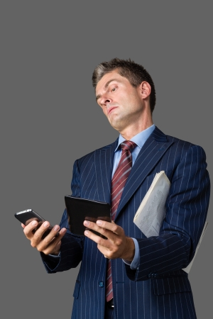 instances: Uomo d'affari pensando di avere troppi casi