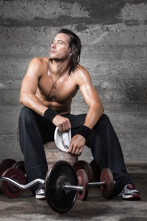 nackte brust: Portrait des Bodybuilders Musikh�ren nach dem Training