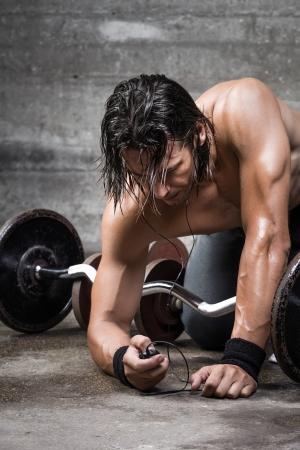 nackte brust: Portrait des Bodybuilders Feinabstimmung seiner Musik-Player