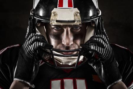 futbolistas: Retrato del jugador de fútbol americano que mira la cámara con mirada intensa Foto de archivo