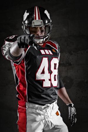 uniforme de futbol: Apuntando jugador de fútbol americano en el que