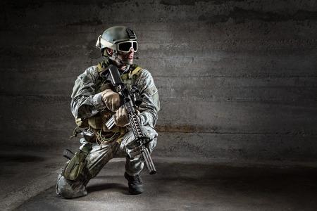 soldado: Soldado con rifle máscara y la mochila