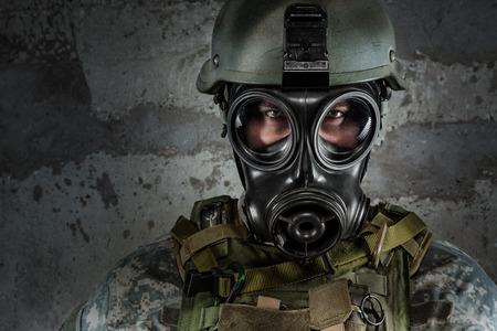 mascara de gas: Soldado de la máscara de gas mirando a la cámara