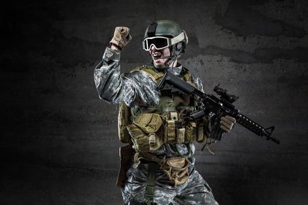 暗い背景に叫んでいるアメリカの兵士
