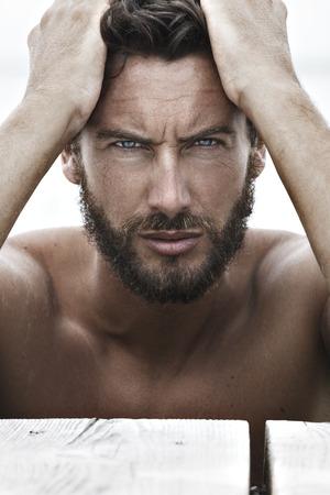 hombre fuerte: Close up Retrato de confianza hombre guapo de moda con ninguna camisa