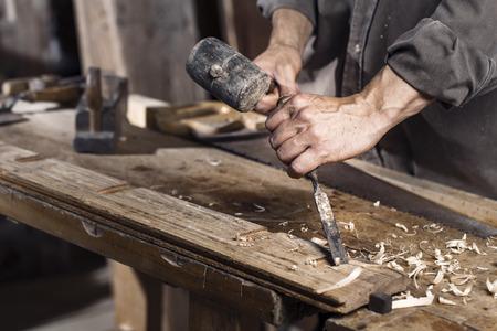 목공의 나무 워크 벤치에 목수 평면의 손