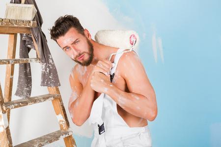 nackte brust: Portrait of bored nackten Brust lack bespritzt Maler mit Farbroller und Vintage Leiter, Blick in die Kamera