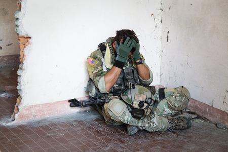 wojenne: Portret Zszokowany amerykański żołnierz odpoczynku od operacji wojskowej; Wnętrza ruiny Lokalizacja Zdjęcie Seryjne