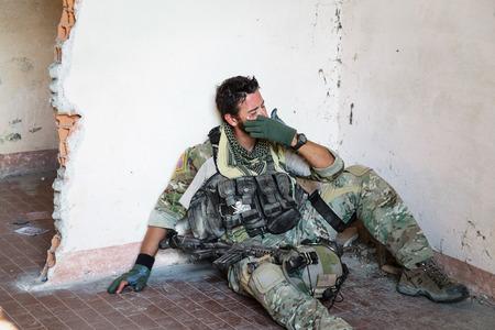 soldado: Retrato de llanto Soldado estadounidense Descansar de la Operación Militar; Ruinas cubierta Ubicación