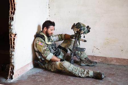soldado: Retrato de pensativo soldado americano Descanso de la Operación Militar; Ruinas de interior Localización