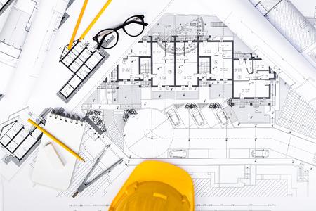 Bovenaanzicht van bouwplannen met Tablet, tekenen en werken Hulpmiddelen voor blauwdrukken; Bouwkundig en engineering huisvestingsconcept.