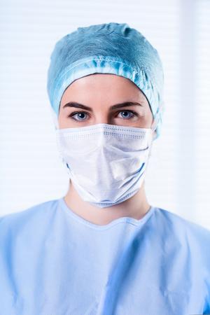 enfermera con cofia: Portrait of Female Surgeon wearing protective uniforms, cap and mask
