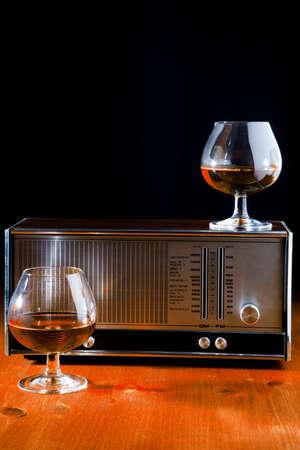 ブランデーとビンテージ ラジオの 2 つのメガネ