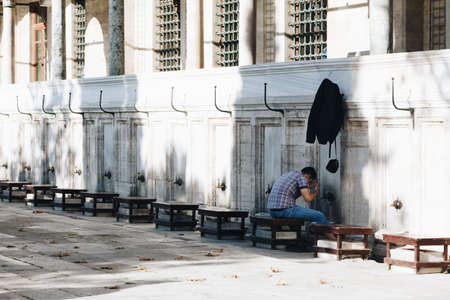 istanbul turkey november 2018 - a boy during the Islamic tradition - ablution in the Suleymaniye Mosque 新聞圖片