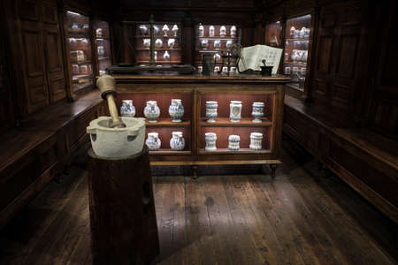 interior view of an old pharmacy with Bottles on the shelf 免版税图像