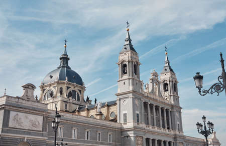 view of the Cathedral of Santa Maria la Real de la Almudena in a sunny day with clead blue sky and clouds 版權商用圖片
