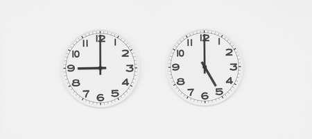 o�??clock: Reloj blanco con las manos negras que muestran nueve-cinco