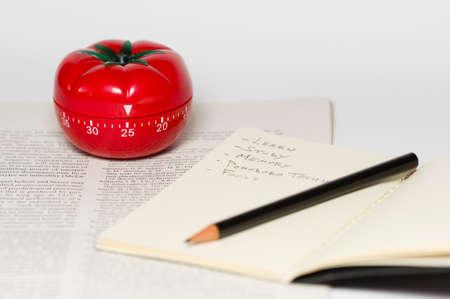 Pomodoro (pomidor) techniką jest metoda badania, które pomaga unikając kunktatorstwo przy użyciu minutnik Zdjęcie Seryjne