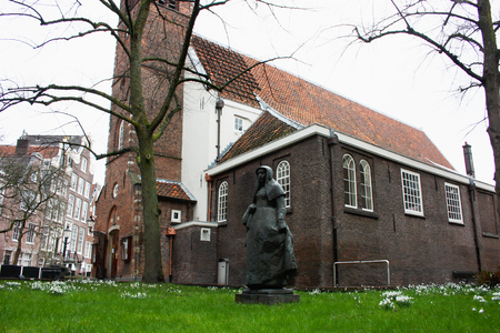 secret garden of the beghine of amsterdam. statue in the middle of the green in the reserved and silent neighborhood inhabited by religious people 스톡 콘텐츠